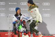 Petra Vlhová prijíma gratuláciu od Mikaely Shiffrinovej.