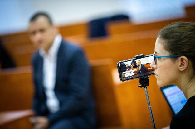 Novinárka natáča svedka Petra Tótha.