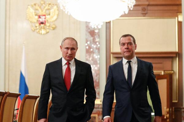 Premiér Dmitrij Medvedev (vpravo) podal demisiu. Prezident Vladimir Putin si podľa odborníkov chce zaistiť pevnú pozíciu v politike aj po tom, čo jeho funkčné obdobie v roku 2024 skončí.