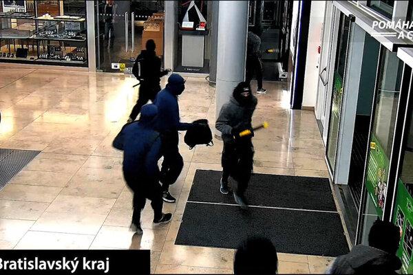 Polícia pátra po totožnosti osôb, ktoré poškodili sklenenú výplň dverí jednej z predajní v obchodnom centre na Pribinovej ulici v Bratislave.