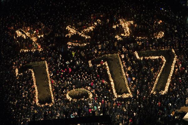 """V kóbskom parku Higaši-Juenči ľudia na pamiatku obetí umiestnili približne 5000 bambusových lampášov, ktoré boli zarovnané do tvaru čísel """"1.17"""", čo predstavuje dátum katastrofy."""