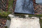 Jeden z dvadsiatich poškodených pomníkov na židovskom cintoríne v Rajci.