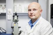 RNDr. Boris Klempa, PhD., je oceňovaný virológ z Virologický ústav Biomedicínskeho centra SAV. Študoval na Slovensku a v Nemecku a venuje sa najmä skúmaniu hantavírusov.