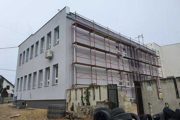 Obecný úrad a kultúrny dom vo Valalikoch.