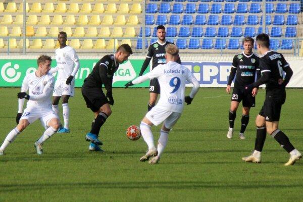 Zápas v Maďarsku sa pre michalovského Milana Kvoceru (vľavo) skončil už po desiatich minútach.