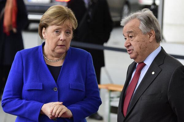 Generálny sekretár OSN Antonio Guterres komunikuje s Angelou Merkelovou.