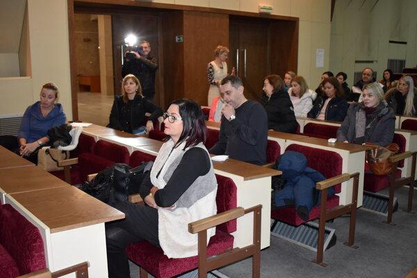 Rodičia a zástupcovia radnice na spoločnom stretnutí.