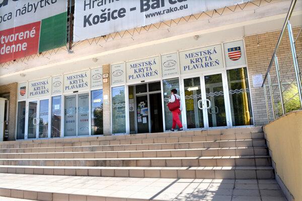 Po dvoch dňoch otvorili. Staré Mesto tvrdí, že je ich povinnosťou zveľaďovať majetok, nie odovzdať plaváreň za euro.