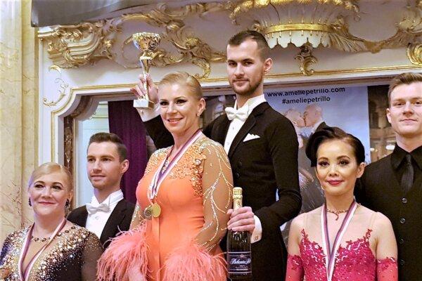 Gabika Nemethová (Am) - Patrik Biely (Pro) - v strede.