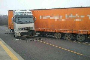 Kamión po nehode blokuje všetky tri jazdné pruhy.