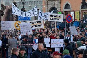 Účastníci počas protestu proti extrémizmu v Levoči.