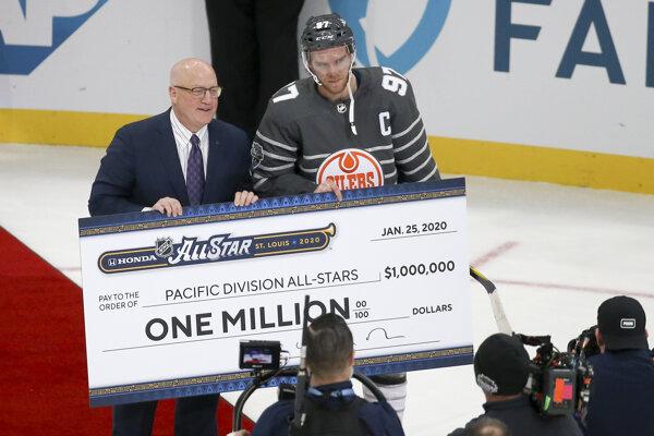 Connor McDavid so šekom na milión dolárov.