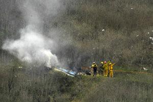 Hasiči pri hasení helikoptéry, ktorá sa zrútila v kalifornskom meste Calabasas. Pri havárii zahynul jeden z najlepších basketbalistov histórie Kobe Bryant.