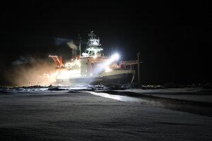 Popri plavidle Polarstern sa otvorila prasklina. Výskumníci na expedícii MOSAiC musia zápasiť s čoraz tenším a labilnejším ľadom.