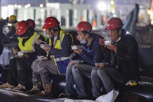 Spoločnosť Wu-chan Construction zmobilizovala všetkých robotníkov, ktorí v postihnutej oblasti zostali.