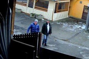 Polícia hľadá týchto mužov.