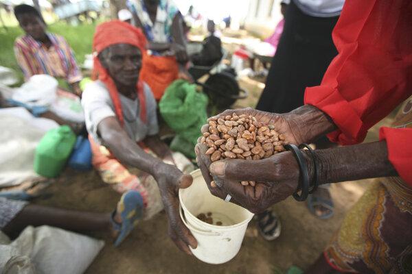 Vidiecke ženy dostávajú pomoc od charitatívnej organizácie Oxfam International.