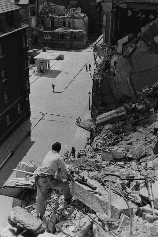 Pohľad z poškodenej budovy Ministerstva dopravy a verejných prác na Klemensovej ulici, ktorú zasiahli bomby počas prvého náletu na Bratislavu 16. júna 1944.