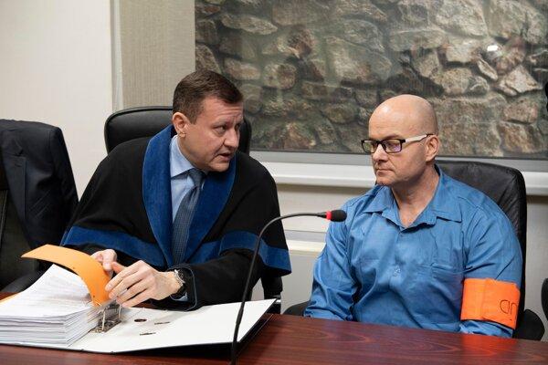 Obvinený Jaroslav Klinka (vpravo) na verejnom zasadnutí v prípade lúpeže v dome zavraždeného advokáta Ernesta Valka, ktoré sa konalo na Okresnom súde v Pezinku v piatok 31. januára 2020.