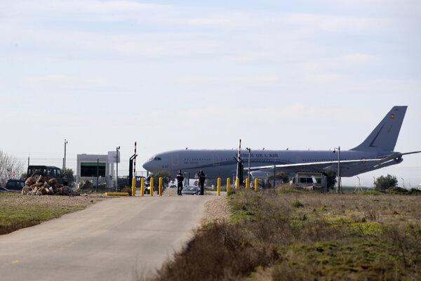 Armádne lietadlo, ktoré priviezli francúzskych občanov z čínskeho mesta Wu-chan, je na vojenskej leteckej základni v Istres na juhu Francúzska.