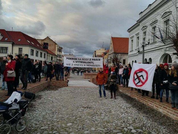 Primátor Trnavy Bročka vpravo, držiac transparent