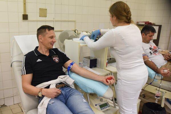 Na snímke fanúšik Spartaka Trnava daruje krv počas 48. edície Červenočírnej kvapky krvi Ladislava Kunu.