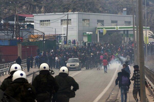 Polícia použila proti protestujúcim migrantom na Lesbose slzný plyn.