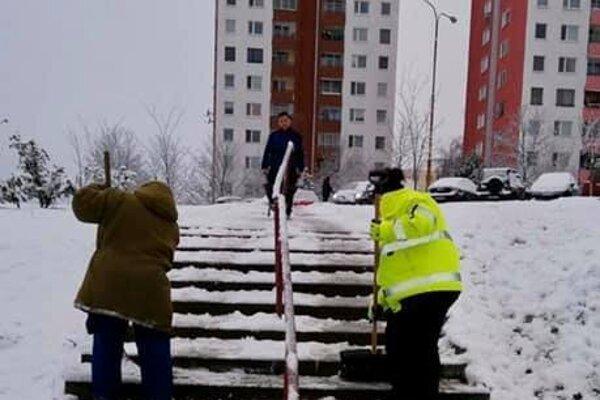 Zimná údržba bola doteraz v rukách aktivačných pracovníkov, po novom chce na to mestská časť zamestnať ľudí cez vlastný sociálny podnik.