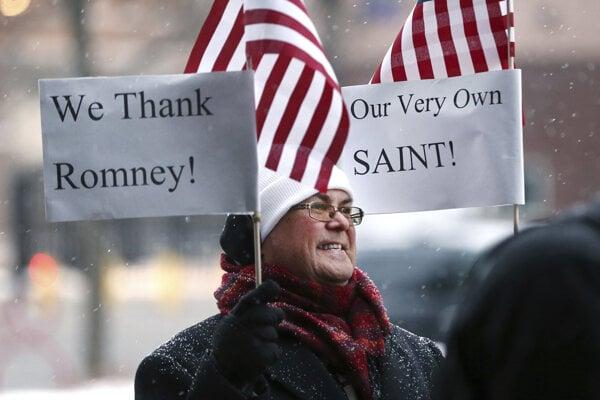 Skupina ľudí sa zhromaždila v Salt Lake City, aby poďakovala senátorovi Mittovi Romneymu za jeho hlasovanie.