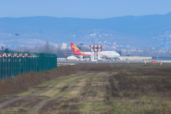 Čínske lietadlo, ktoré má vyzdvihnúť humanitárnu pomoc v súvislosti s koronavírusom, na Letisku Milana Rastislava Štefánika. Bratislava, 7. február 2020.