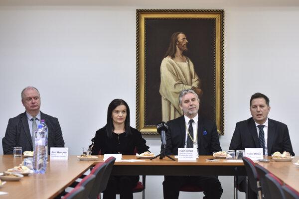 Biskupi ECAV Ján Hroboň, Ivan Eľko a Peter Mihoč a dozorkyňa Západného dištriktu Renáta Vinczeová.