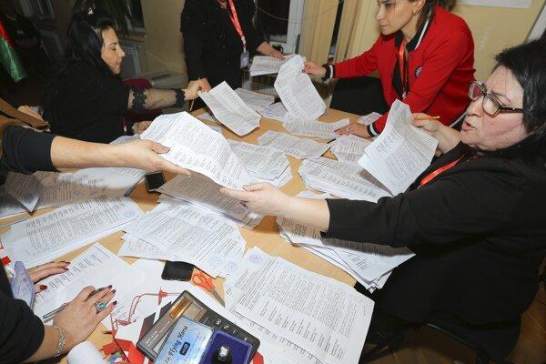 Spočítavanie hlasov po voľbách v Azerbajdžane.