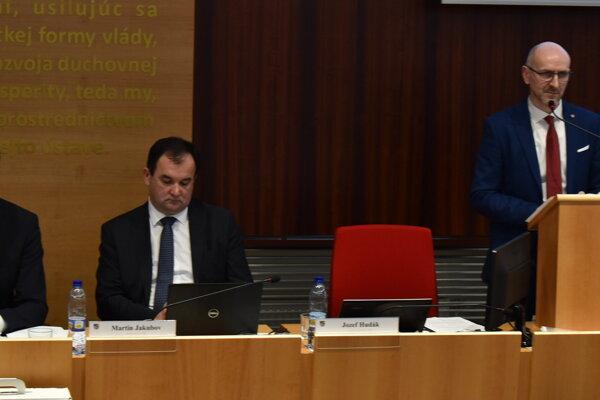 Bystrík Mucha (vpravo), riaditeľ Úradu PSK, predkladá svoj materiál.