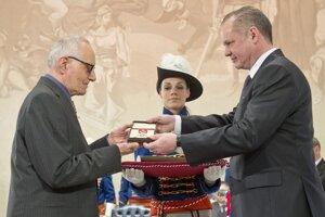 Prezident SR Andrej Kiska udelil v roku 2015 Vilikovskému štátne vyznamenanie Pribinov kríž II. triedy pri príležitosti štátneho sviatku Dňa vzniku Slovenskej republiky.