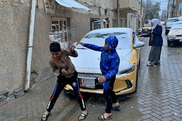 Zo snehu sa tešia v Iraku najmä deti.