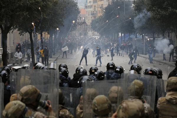 Zrážky demonštrantov s políciou v Bejrúte.