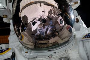 Astronaut počas výstupu vo vesmíre.