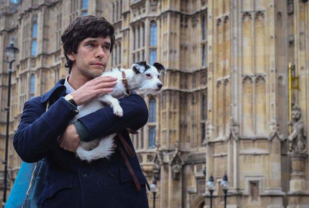 Ben Wishaw ako Norman Scott v seriáli Škandál po anglicky.