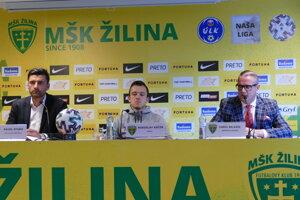 Zľava: Pavol Staňo, tréner MŠK Žilina, kapitán mužstva Miroslav Káčer a športový manažér klubu Karol Belaník.