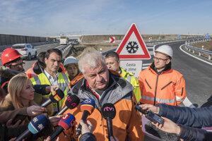 Minister dopravy a výstavby SR Árpád Érsek (Most-Híd) odpovedá na otázky novinárov počas kontrolného dňa stavby D4R7 vo štvrtok 13. februára 2020.