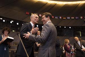 Minister obrany USA Mark Esper (vpravo) a šéf NATO Jens Stoltenberg počas stretnutia v Bruseli.