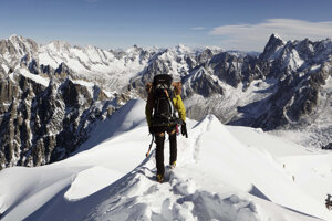Alpinista kráča po hrebeni Aiguille du Midi v masíve Mont Blancu neďaleko francúzskeho Chamonixu.