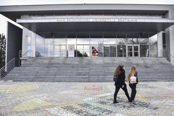 Aula Ekonomickej univerzity v Bratislave.