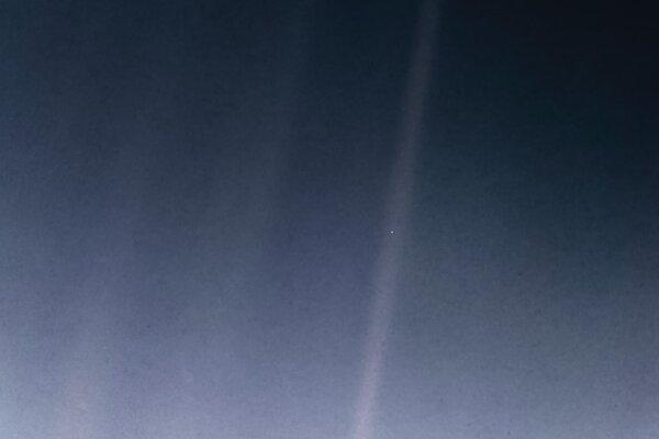 Nová verzia ikonickej fotografie s názvom Bledomodrá bodka (Pale Blue Dot). Zem je zachytená zo vzdialenosti šesť miliárd kilometrov ako jasný bod v jednom z lúčov Slnka.