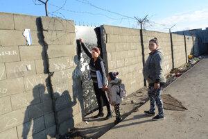 Vysoké múry a ostatný drôt. Tak vyzerá vchod pre študentov súkromnej školy na kraji Trebišova.