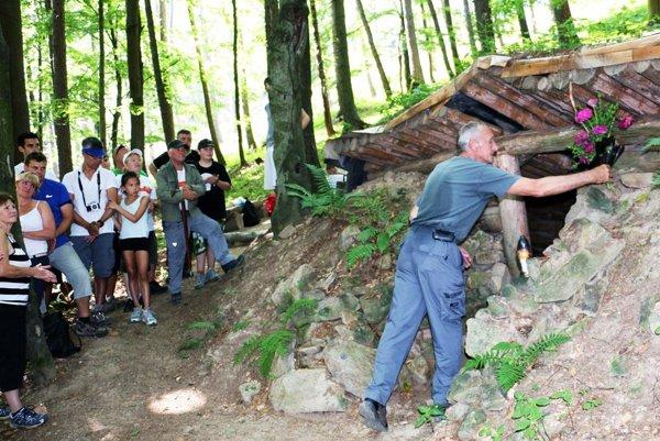Predseda miestnej organizácie Slovenského zväzu protifašistických bojovníkov  Peter Benko (vpravo) položil kyticu kvetov k bunkru za všetkých účastníkov výstupu.