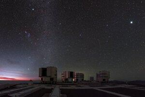Veľmi veľký teleskop v Čile. Súhvezdie Orión je na južnej pologuli orientované inak. Nájdete ho vľavo hore, pomôže vám pás troch hviezd. Betelgeuze je svetložltá hviezda vpravo od pásu.