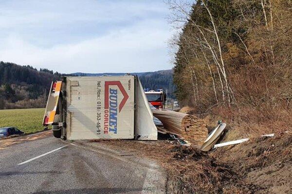 Nákladiak s drevom zablokoval cestu.