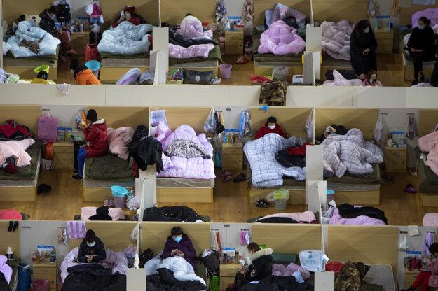 Na fotografii poskytnutej tlačovou agentúrou Xinhua sú pacienti s koronavírusom v dočasnej nemocnici vo Wu-chane 17. februára 2020.