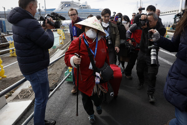 Prepustení pasažieri z lode Diamond Princess v Jokohame.